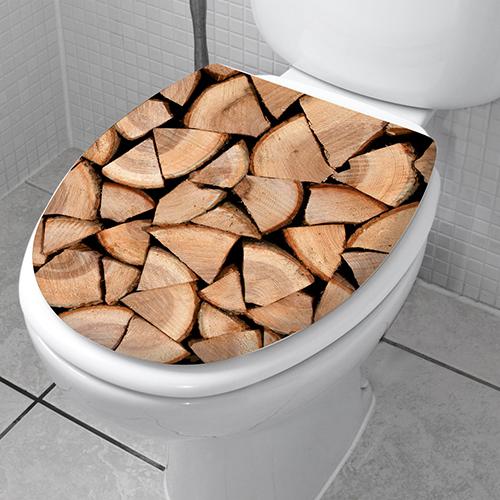 Sticker motif imitation buches coupées collé sur des WC