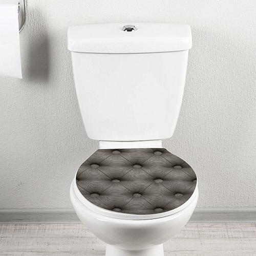 Sticker classieux imitation capiton gris collé sur des toilettes