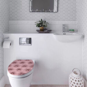 Salle de WC avec des toilettes décorés avec un sticker capiton clair