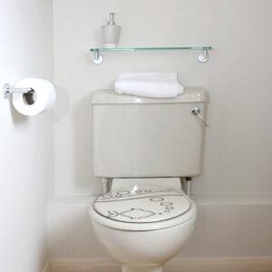 Sticker poisson autocollant collé sur un siège de toilette