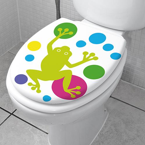 Grenouilles vertes collées sur le siège des WC