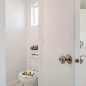 WC classique blanc orné d'un sticker décoration WC Couronne