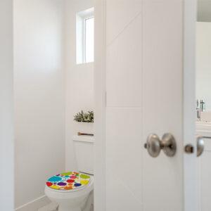 Toilettes colorés grâce à un sticker adhésif pour WC modèle POP