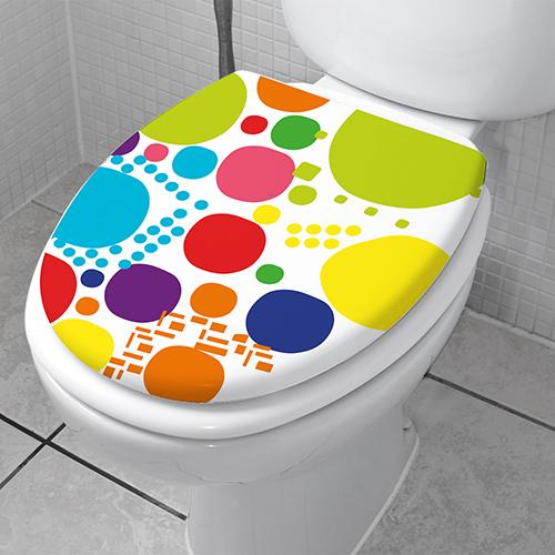 Sticker multicolore collé sur les toilettes blanches