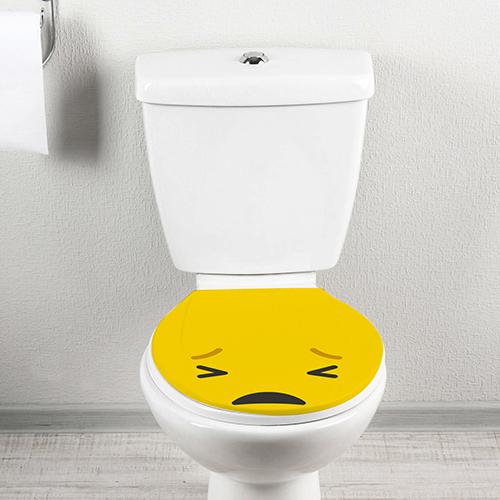 Toilette classique ornée d'un sticker Smiley pas content jaune