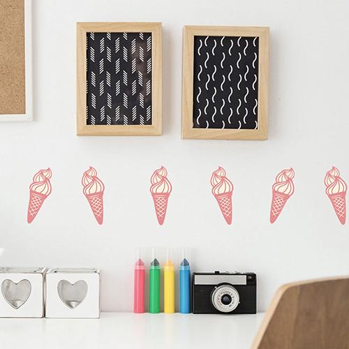 Sticker adhésif rose glace italienne en cornet pour déco de bureau blanc