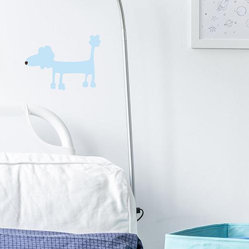 Sticker dog bleu au dessus d'un canapé