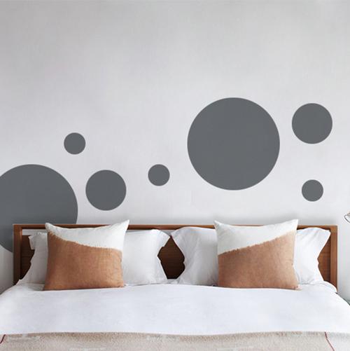 Sticker adhésif pour chambre d'adulte rond gris foncé pour déco mur blanc