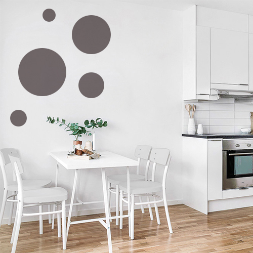 Adhésif décoratif rond taupe pour déco mur blanc dans une salle à manger