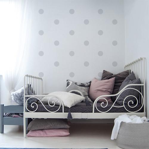 Sticker mural rond au dessus d'un lit d'enfant