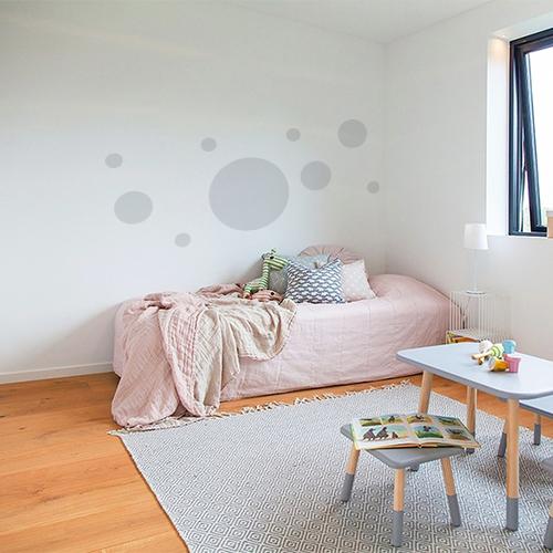 Sticker murs rond au dessus d'un lit d'enfant