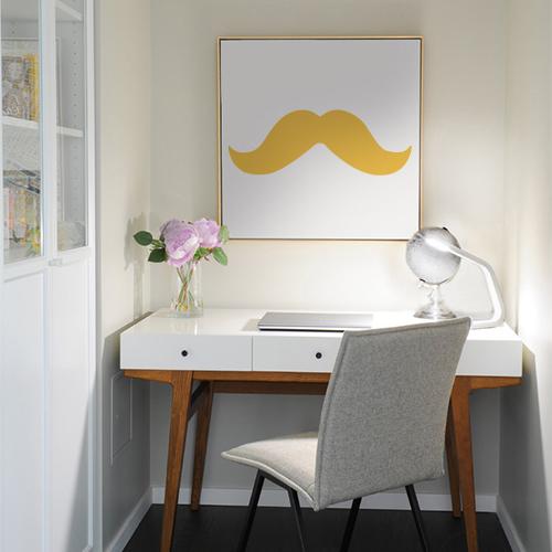 Sticker moustache au dessus d'un bureau