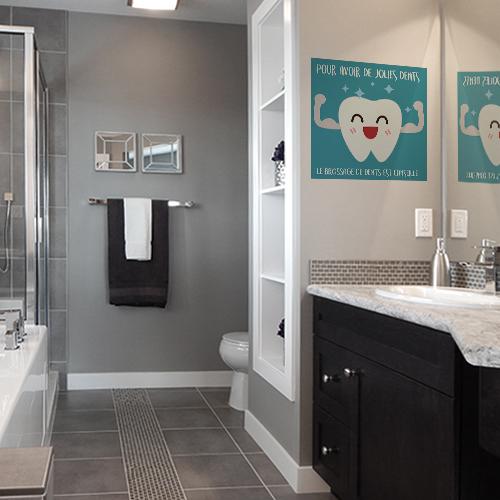 Autocollant sur le brossage des dents affiche bleu dans une salle de bain moderne