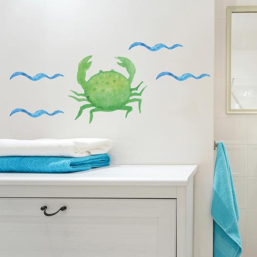 Sticker crabe collé au mur au dessus d'un meuble de salle de bain