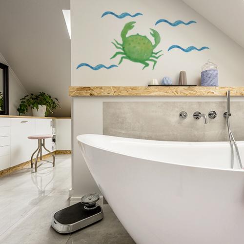 Sticker crabe collé au mur d'une salle de bain moderne et lumineuse