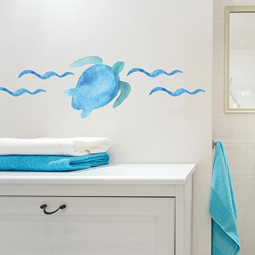 Sticker tortue bleue collé au dessus d'un meuble de salle de bain