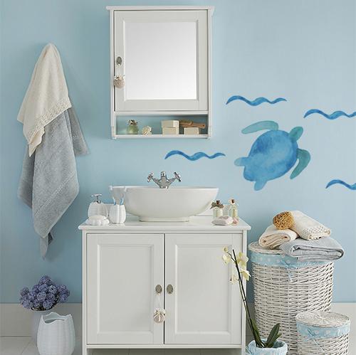 Sticker tortue bleue collé au mur d'une salle de bain classique