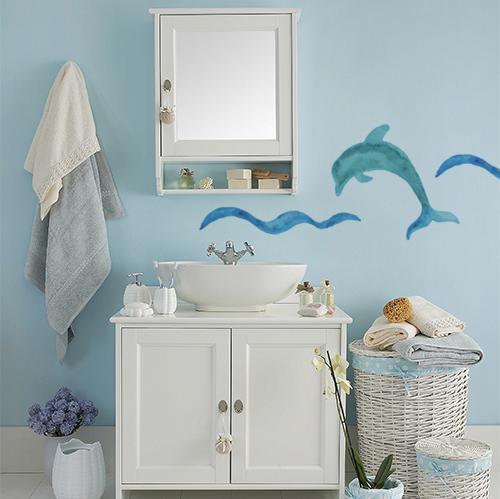 Sticker dauphin mural dans salle de bain propre et lumineuse