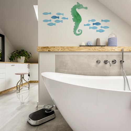sticker hippocampe collé sur les murs d'une salle de bain moderne et élégante