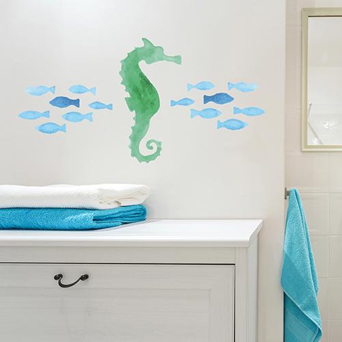 Sticker hippocampe collé sur le mur au dessus d'un meuble de salle de bain
