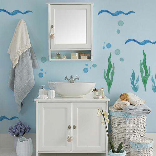 sticker algues décoratif sur le mur d'une salle de bain classique