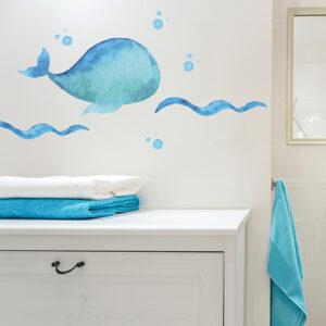 sticker décoratif baleine bleue collé au dessus d'un meuble de salle de bain