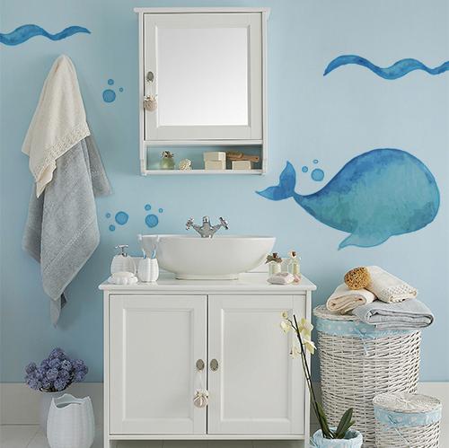 sticker baleine bleue collé sur le mur d'une salle de bain classique