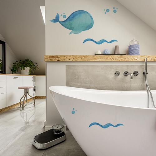 sticker baleine bleue collé sur les murs d'une salle de bain lumineuse pour la déco