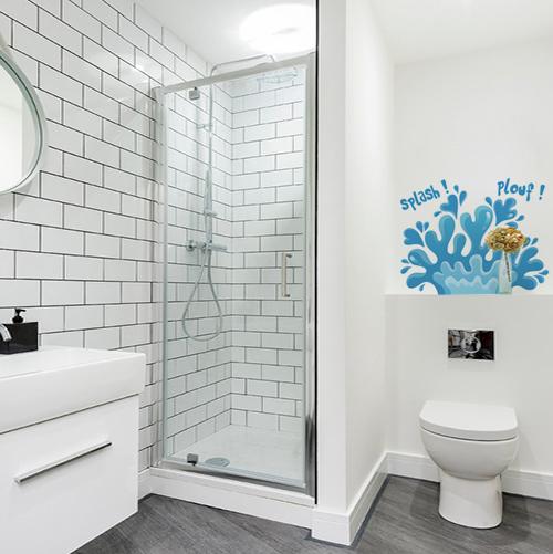 sticker plouf sur un mur de salle de bain blanche et spacieuse