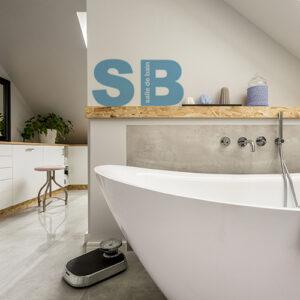 sticker SB qui décore le mur d'une salle de bain moderne