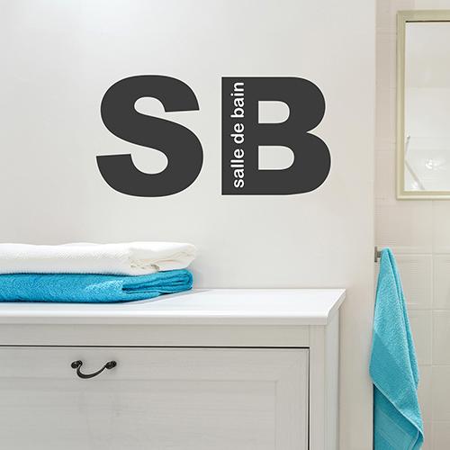 sticker SB collé au mur au dessus d'un meuble de salle de bain