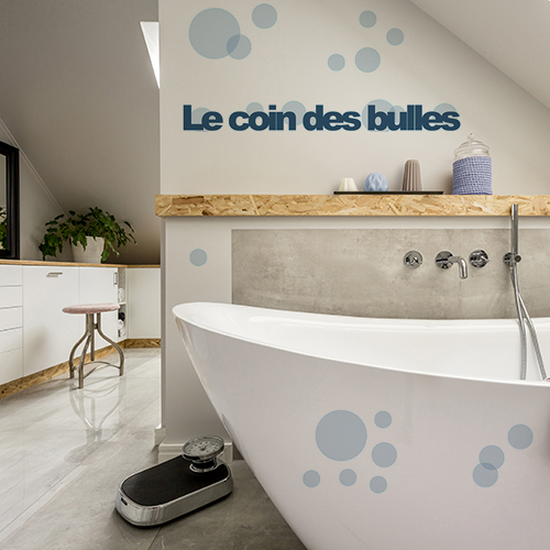 sticker le coin des bulles collé sur le mur d'une salle de bain lumineuse