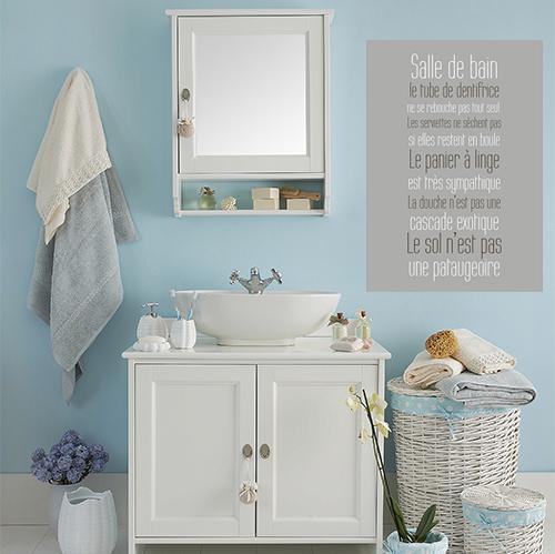 sticker salle de bain collé sur le mur à la décoration classique