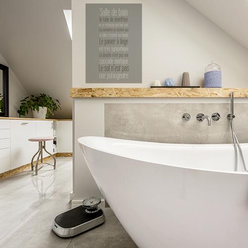 sticker sdb collé sur le mur d'une salle de bain lumineuse et moderne
