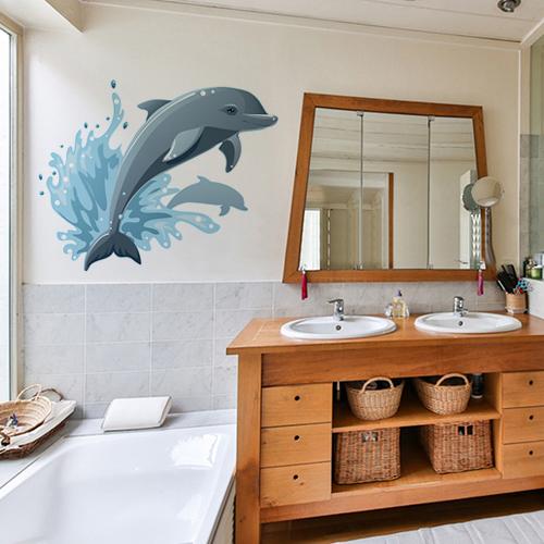 sticker dauphin qui saute déco sur mur de salle de bain avec meuble en osier