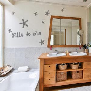 sticker sdb étoilé sur mur de salle de bain spacieuse et lumineuse