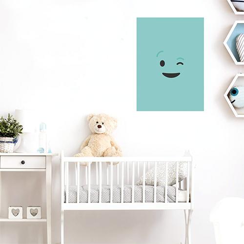 sticker smiley clin d'oeil au mur d'une chambre d'enfant