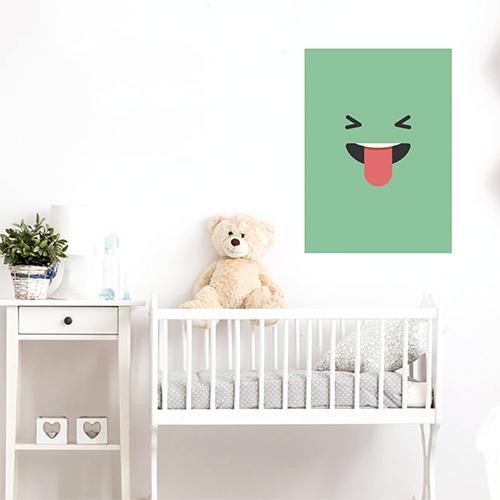 sticker smiley tire la langue vert au mur d'une chambre d'enfant