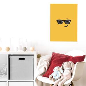 sticker smiley jaune lunettes de soleil au mur d'un coin repos