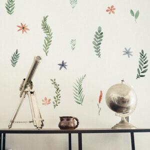 """Autocollants herbier effet fleurs séchées """"Hortense"""" placés sur un mur comme un cabinet de curiosités"""