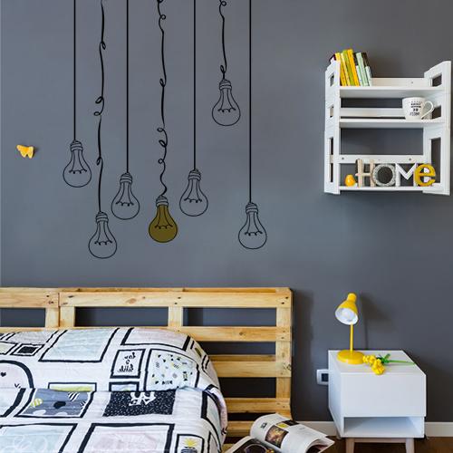 Chambre d'ado décorée avec un ensemble de sticker déco de suspensions fil ampoule comme dans une BD.