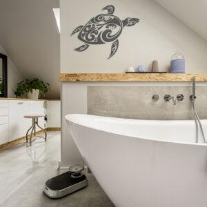 sticker tortue tribal gris déco du mur d'une salle de bain lumineuse et moderne