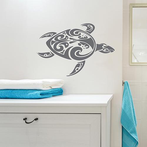 sticker tortue tribal gris au mur d'une salle de bain blanche