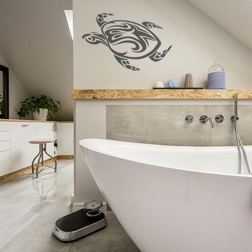 sticker tortue tribal au mur d'une salle de bain lumineuse