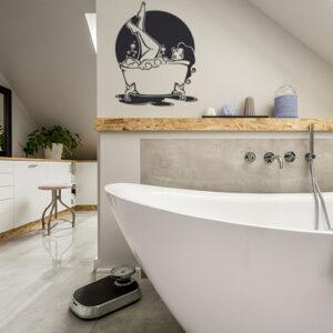 sticker femme baignoire au mur d'une salle de bain lumineuse