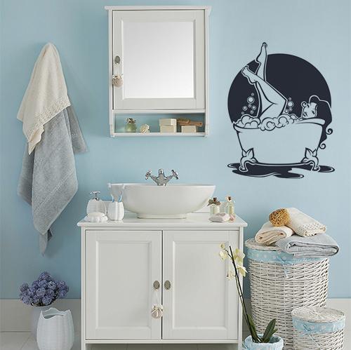 sticker décoratif femme baignoire collé au mur d'une salle de bain bleue et classique