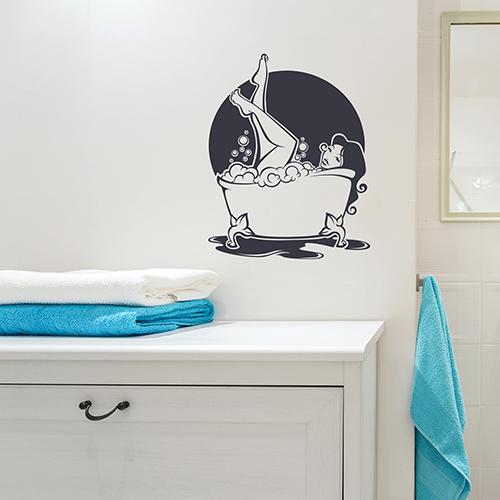 sticker femme baignoire déco de mur d'une salle de bain blanche