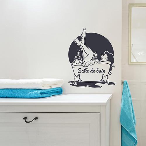 sticker mural femme baignoire collé au dessus d'un meuble de salle de bain