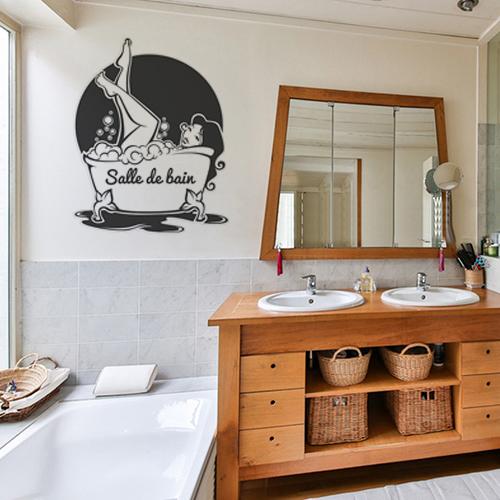 sticker femme baignoire collé au dessus d'une baignoire dans salle de bain spacieuse