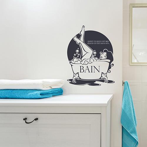sticker mural en déco de salle de bain au dessus d'un meuble